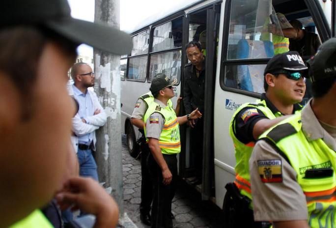 Ecuador bỏ tù 20 ngư tặc Trung Quốc - Ảnh 1.