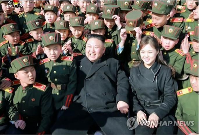 Vợ ông Kim Jong-un sinh con lần 3? - Ảnh 1.