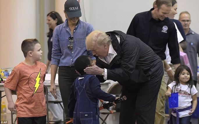 Quay lại Texas, ông Donald Trump chúc nạn nhân bão thời gian tốt lành - Ảnh 5.