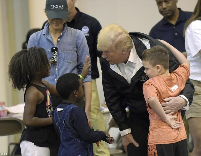 Quay lại Texas, ông Donald Trump chúc nạn nhân bão thời gian tốt lành - Ảnh 7.