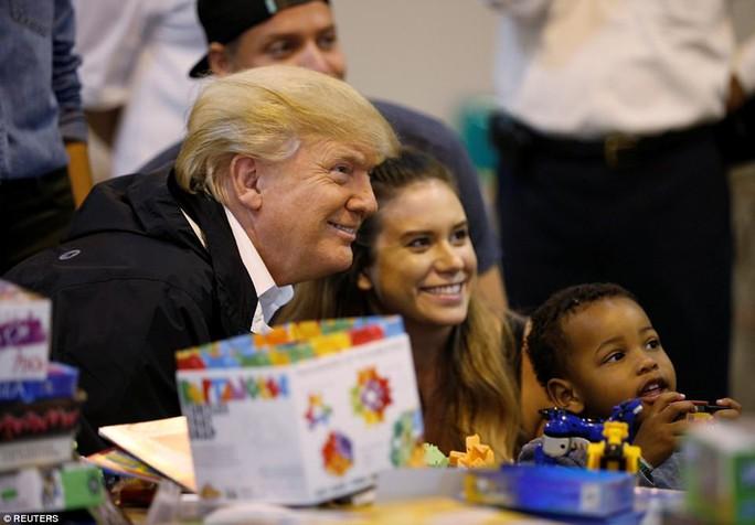 Quay lại Texas, ông Donald Trump chúc nạn nhân bão thời gian tốt lành - Ảnh 11.