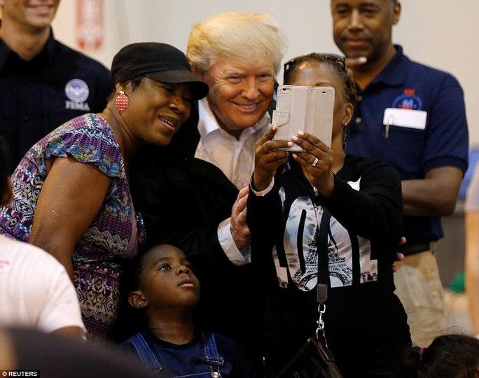 Quay lại Texas, ông Donald Trump chúc nạn nhân bão thời gian tốt lành - Ảnh 2.