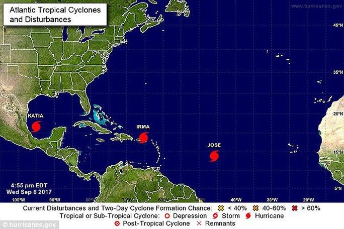 Ba cơn bão đồng loạt hoành hành ở Đại Tây Dương - Ảnh 1.