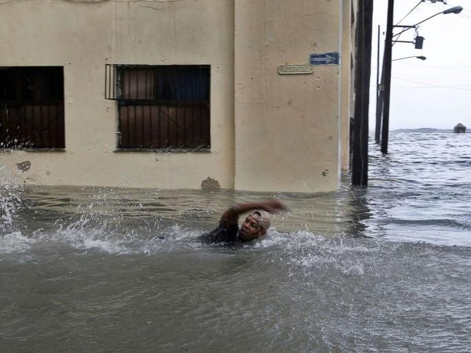 Bão Irma đã đến Mỹ, sóng cao 6 m vẫn ập vào Cuba - Ảnh 2.