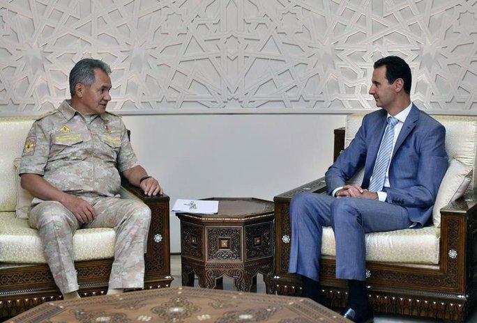 Bộ trưởng Quốc phòng Nga Sergei Shoigu (trái) gặp gỡ Tổng thống Syria Bashar al-Assad hôm 12-9. Ảnh: REUTERS