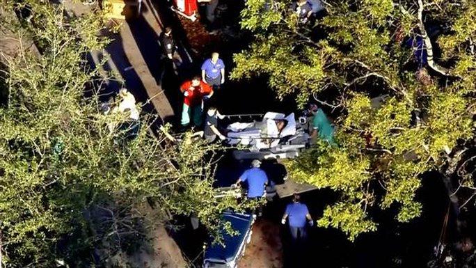Nạn nhân tại cơ sở Hollywood Hills được đưa đi cấp cứu. Ảnh: NBC News