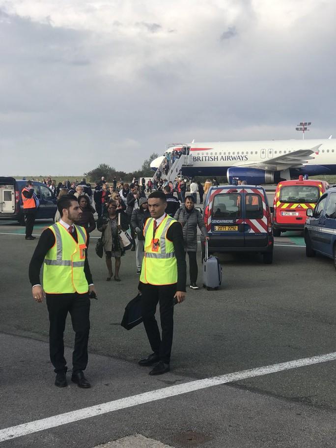 Máy bay bị sơ tán khẩn cấp tại sân bay Pháp - Ảnh 1.
