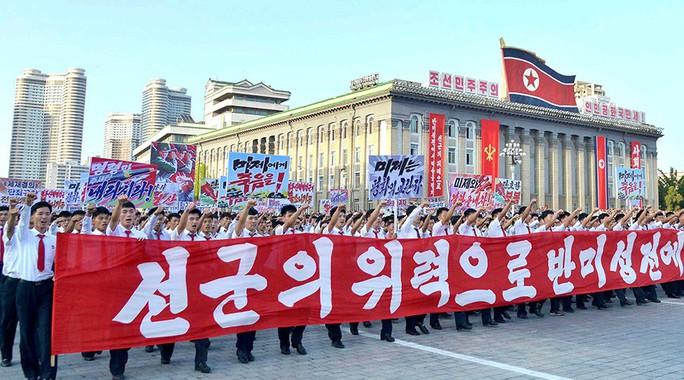 Đông đảo cư dân Bình Nhưỡng tuần hành tại Quảng trường Kim Nhật Thành hôm 9-9 để ủng hộ ông Kim Jong-un chống Mỹ. Ảnh: KCNA/Reuters