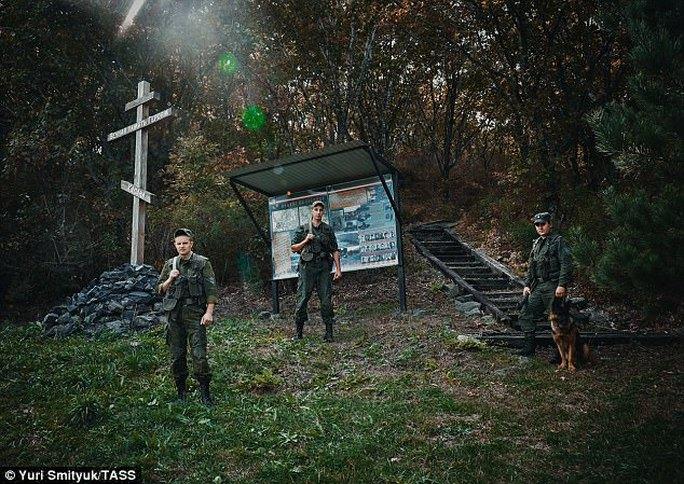 Vệ binh biên phòng của Nga tuần tra trên Đồi Zaozyornaya tại khu vực Khasan giữa biên giới Nga và Triều Tiên. Ảnh: TASS