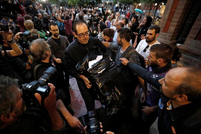 Cuộc bỏ phiếu đòi độc lập lạ lùng ở Catalonia - Ảnh 1.