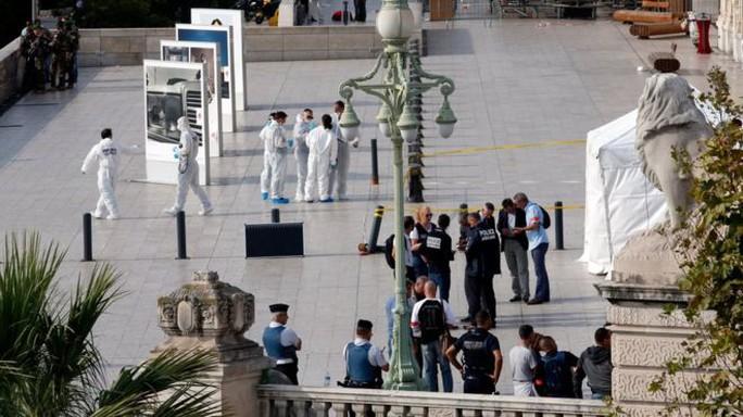 Pháp: Đã cắt cổ 1 người, quay lại đâm người thứ hai - Ảnh 1.