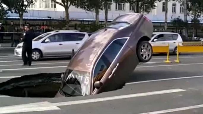 Hố tử thần nuốt siêu xe gần 1 triệu USD - Ảnh 1.