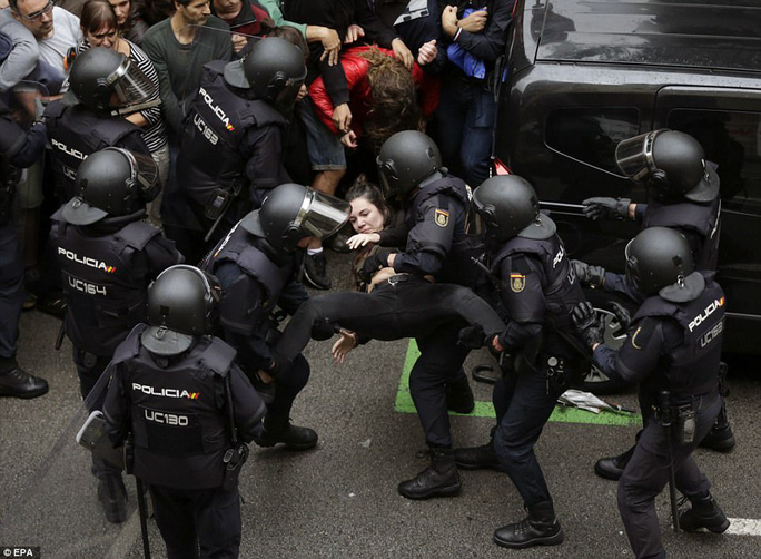 Sự đàn áp bạo lực của cảnh sát với cuộc bầu cử đã gây bất bình lớn. Ảnh: EPA