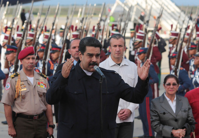 Tổng thống Venezuela phát biểu tại sân bay Simon Bolivar hôm 7-10. Ảnh: Reuters