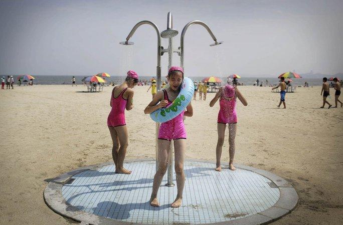 Du lịch Triều Tiên kiểu mới: Vừa tắm biển vừa ngắm bắn tên lửa - Ảnh 3.