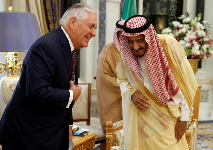 Ngoại trưởng Tillerson và Quốc vương Salman trò chuyện trước cuộc họp ngày 22-10. Ảnh: REUTERS