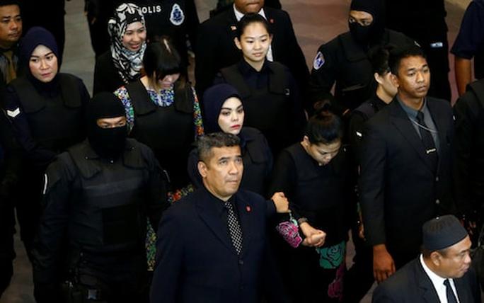 Hai bị cáo bị áp giải tại sân bay hôm 24-10. Ảnh: Reuters