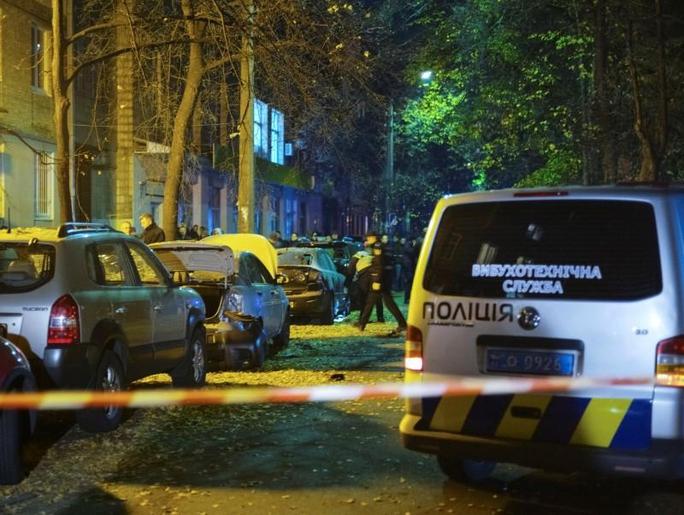 Các nhân viên điều tra làm việc tại hiện trường vụ nổ. Ảnh: Reuters