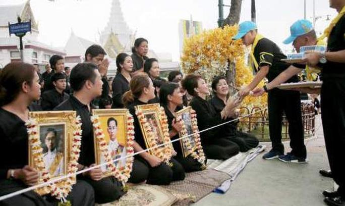 Thái Lan: Thi hài cố quốc vương được đưa vào tháp hỏa táng - Ảnh 11.