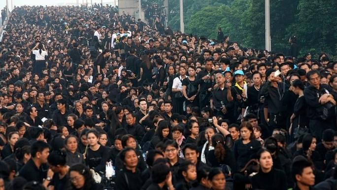 Thái Lan: Thi hài cố quốc vương được đưa vào tháp hỏa táng - Ảnh 12.