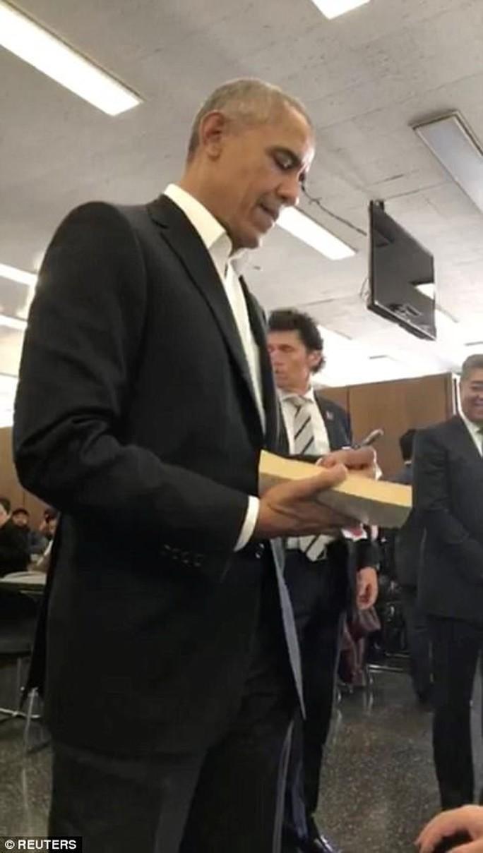 Đi làm nghĩa vụ dân sự, ông Obama được chào đón nồng nhiệt - Ảnh 4.