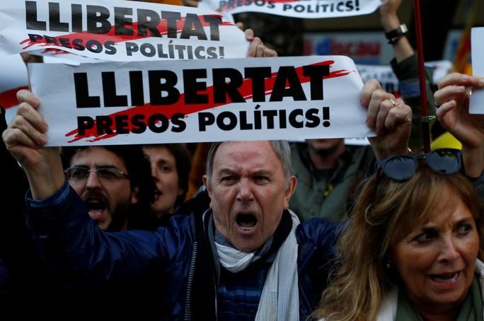 Thủ tướng Tây Ban Nha đến Catalonia sau khủng hoảng - Ảnh 2.