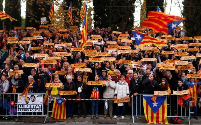 Thủ tướng Tây Ban Nha đến Catalonia sau khủng hoảng - Ảnh 3.
