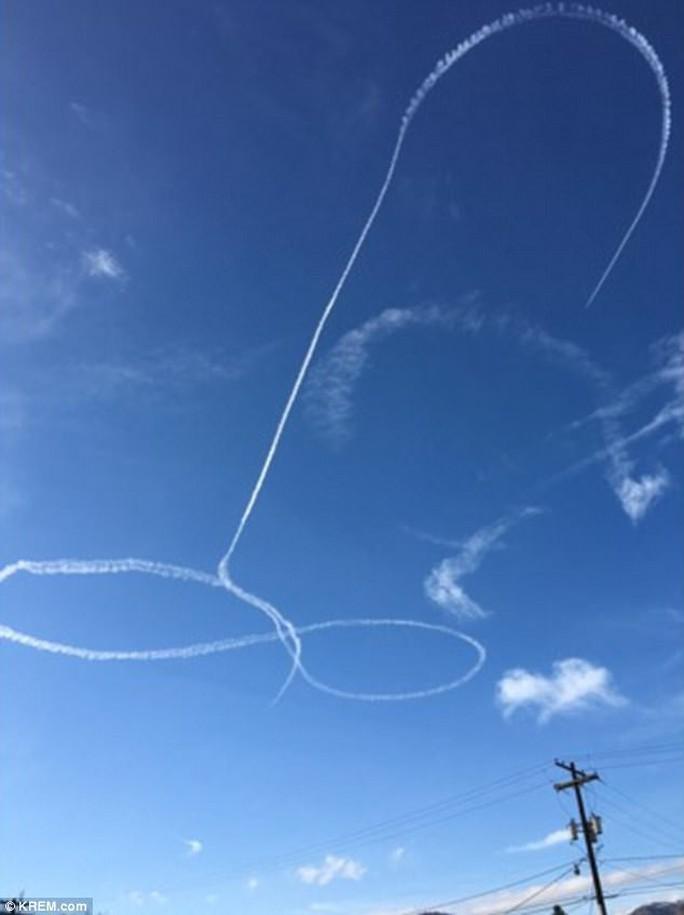 Hải quân Mỹ xin lỗi vụ phi công vẽ bậy trên trời - Ảnh 1.