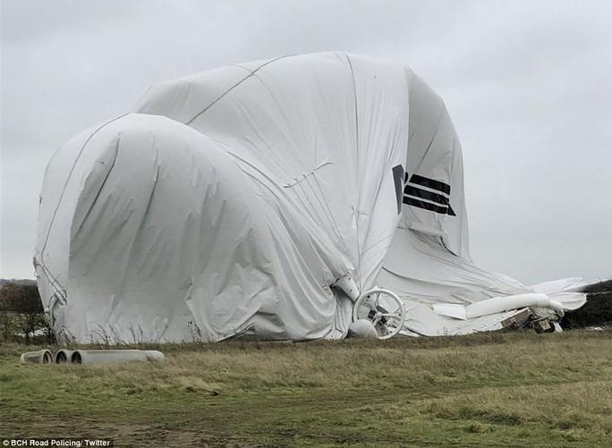 Máy bay lớn nhất thế giới gặp sự cố ở Anh - Ảnh 1.