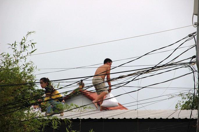Bão số 14 thành áp thấp nhiệt đới, người dân thở phào - Ảnh 3.