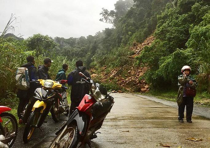 Lở núi đường Hồ Chí Minh, 2 cán bộ bỏ xe chạy - Ảnh 1.
