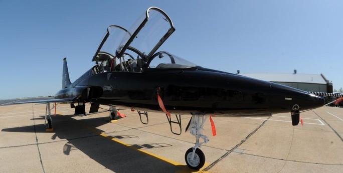 Máy bay quân sự Mỹ chở 11 người rơi xuống biển - Ảnh 2.