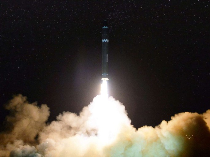 Triều Tiên khoe ảnh ông Kim Jong-un vui mừng theo dõi tên lửa - Ảnh 5.