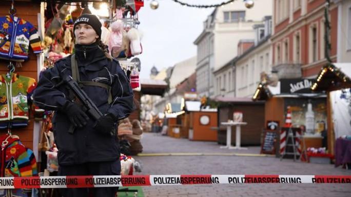 Bóng ma khủng bố quay lại chợ Giáng sinh Đức - Ảnh 1.