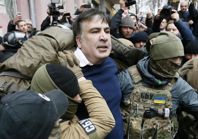Cựu tổng thống Georgia Mikheil Saakashvili bị cảnh sát bắt giữ tại nhà ở Kiev hôm 5-12. Ảnh: Reuters