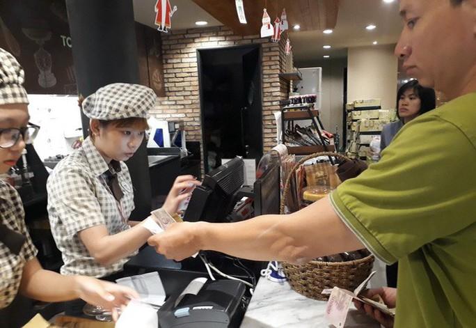 Đi ăn quẹt thẻ trả tiền, tiện lợi nhưng sao ít người dùng? - Ảnh 1.