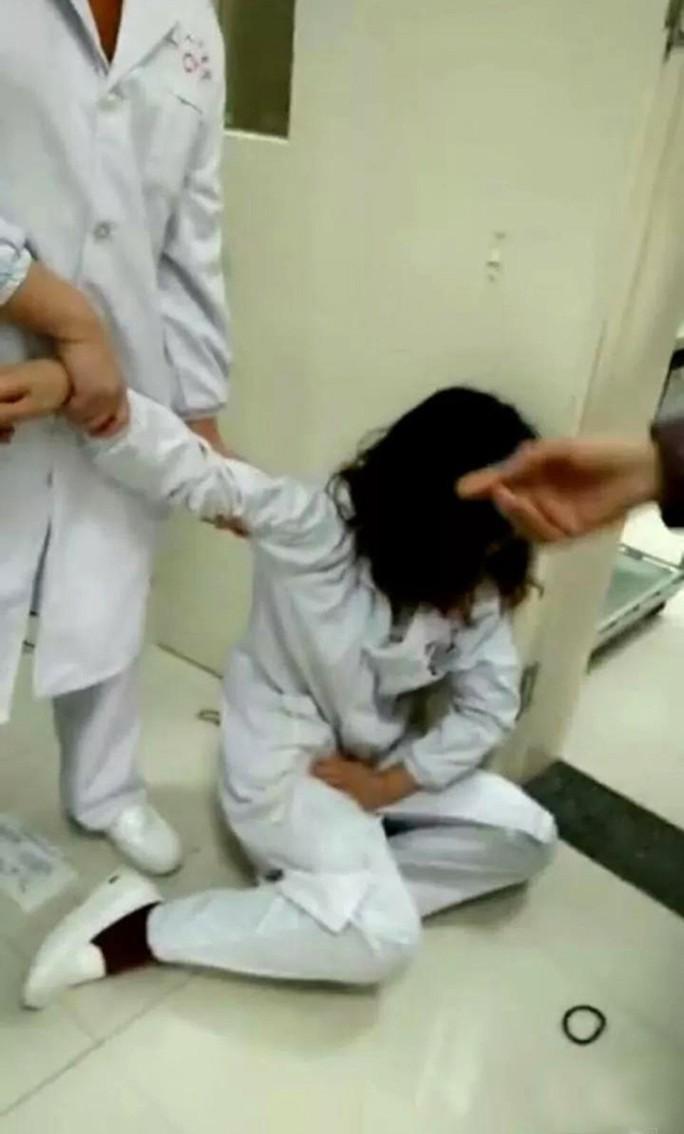 Chồng mất chức vì vợ đánh y tá đang mang thai ngất xỉu - Ảnh 1.