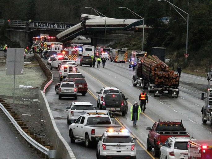 Các toa tàu trượt khỏi đường ray rơi xuống đường cao tốc. Ảnh: AP
