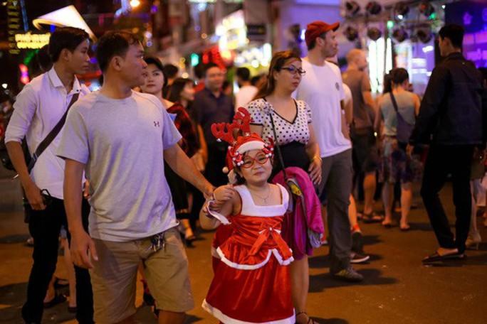 Sài Gòn rực rỡ trong biển người đêm Giáng sinh - Ảnh 10.