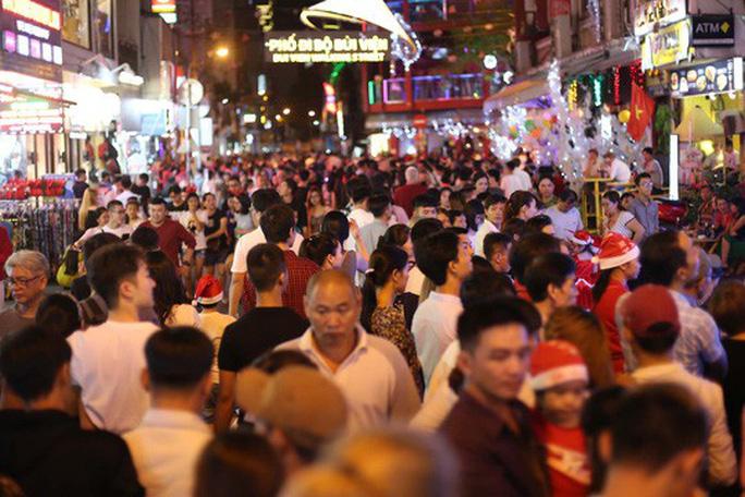 Sài Gòn rực rỡ trong biển người đêm Giáng sinh - Ảnh 11.