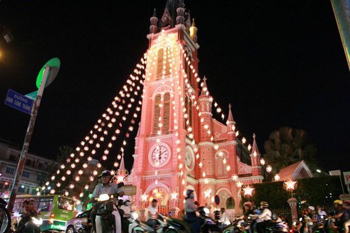 Sài Gòn rực rỡ trong biển người đêm Giáng sinh - Ảnh 20.