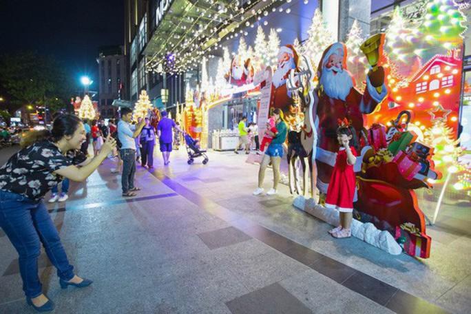Sài Gòn rực rỡ trong biển người đêm Giáng sinh - Ảnh 6.