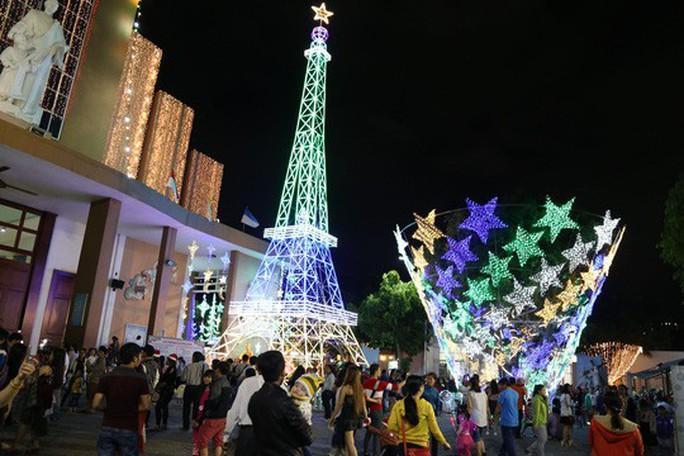 Sài Gòn rực rỡ trong biển người đêm Giáng sinh - Ảnh 21.