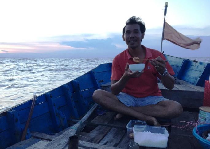 Nín thở theo bạn thuyền săn mực trên biển miền Trung - Ảnh 4.