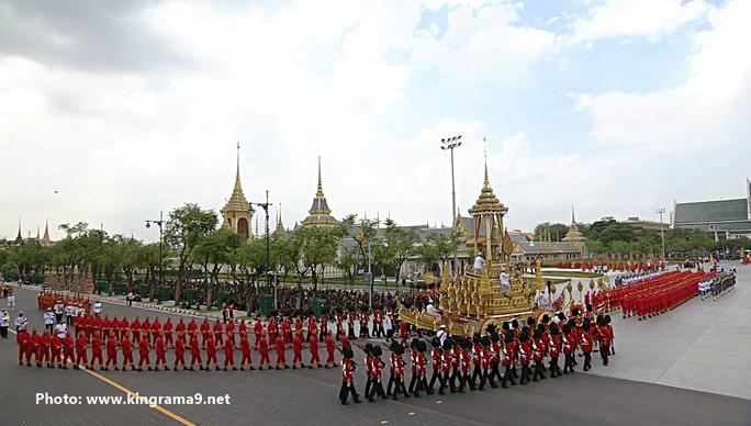 Thái Lan: Thi hài cố quốc vương được đưa vào tháp hỏa táng - Ảnh 23.