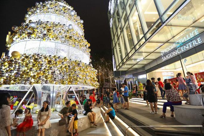 Sài Gòn rực rỡ trong biển người đêm Giáng sinh - Ảnh 24.