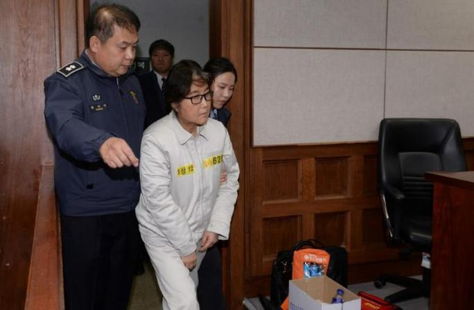 Bà Choi Soon-sil ra tòa hôm 19-12 ở Seoul. Ảnh: REUTERS