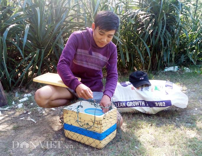 Ngư dân Nguyễn Văn Phương chuẩn bị đồ nghề để ra biển khai thác tôm hùm nhí
