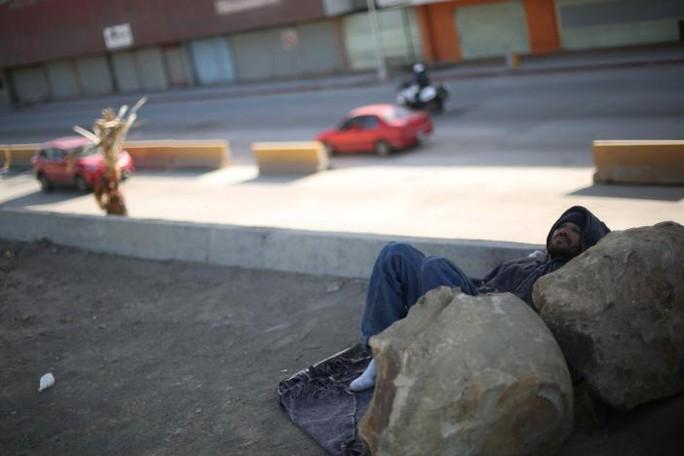 Một người Mexico bị trục xuất ngủ lang. Ảnh: REUTERS
