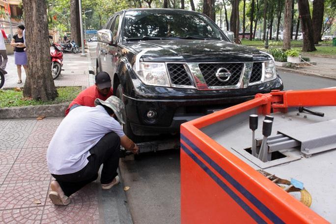 Cũng trên đường Hàn Thuyên, nhiều ô tô đậu sai qui định bị niêm phong, cẩu về trụ sở cơ quan chức năng để xử lý.